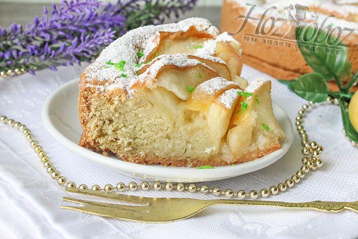 Разрежьте пирог на части и украсьте их листочками свежей мяты