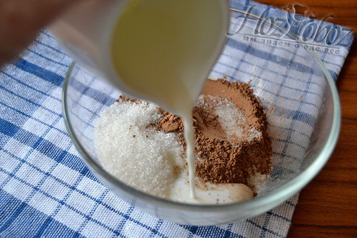 Добавьте подогретое до теплого состояния молоко