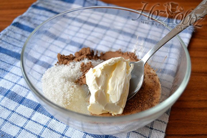 Положите в миску 50 грамм сливочного масла