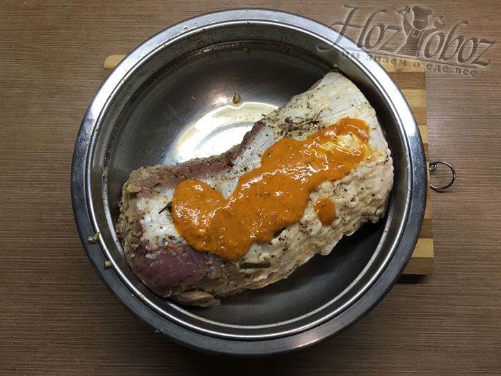 Тщательно намазываем горчичной смесью мясо со всех сторон