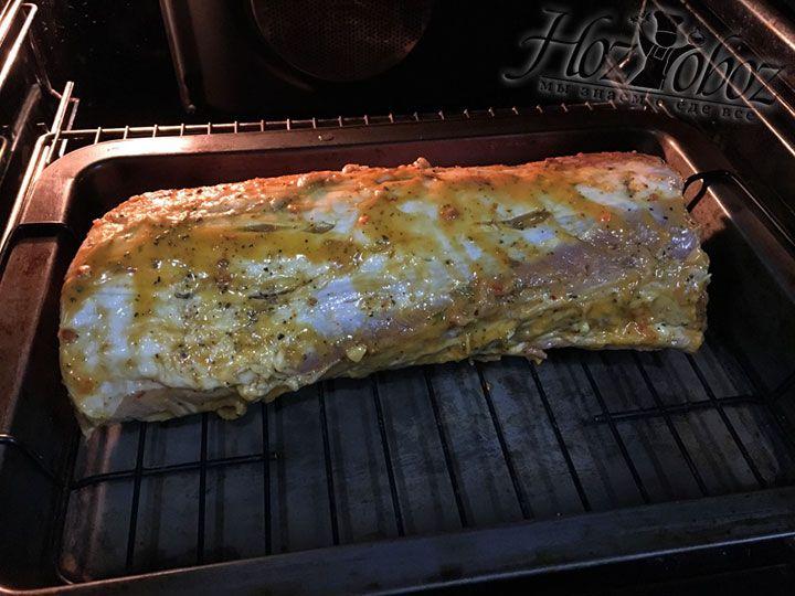 Запекаем свинину 30 минут, а потом уменьшаем температуру до 160 градусов и готовим еще пол часа. Затем переворачиваем мясо и придерживаемся того же процесса приготовления с другой стороны