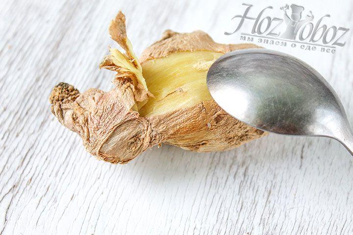 Чайной ложечкой очистим кожуру с корня имбиря
