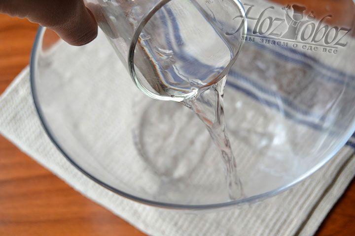 Влейте 150 грамм холодной воды в объемную емкость, предназначенную для замеса теста