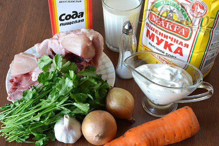 Продукты для приготовления хинкала: курица, репчатый лук с морковью – для бульона. Мука, кефир, сода – для теста. Сметана и чеснок – для соуса. Кинза – на подачу