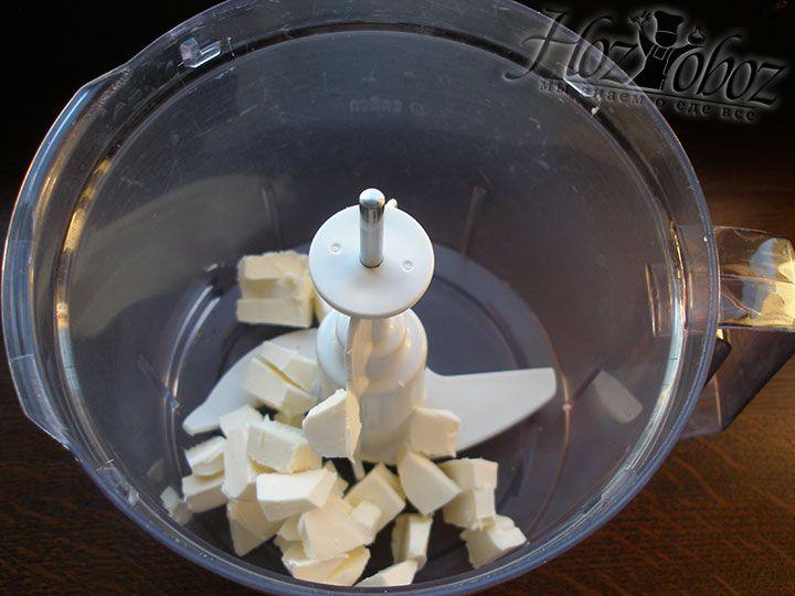 Мягкое масло помещаем в миску, которую станем использовать для замеса теста