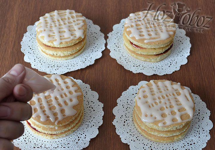 Поверхность пирожные украшаем сахарной помадкой