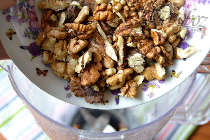 Измельчите блендером грецкие орехи
