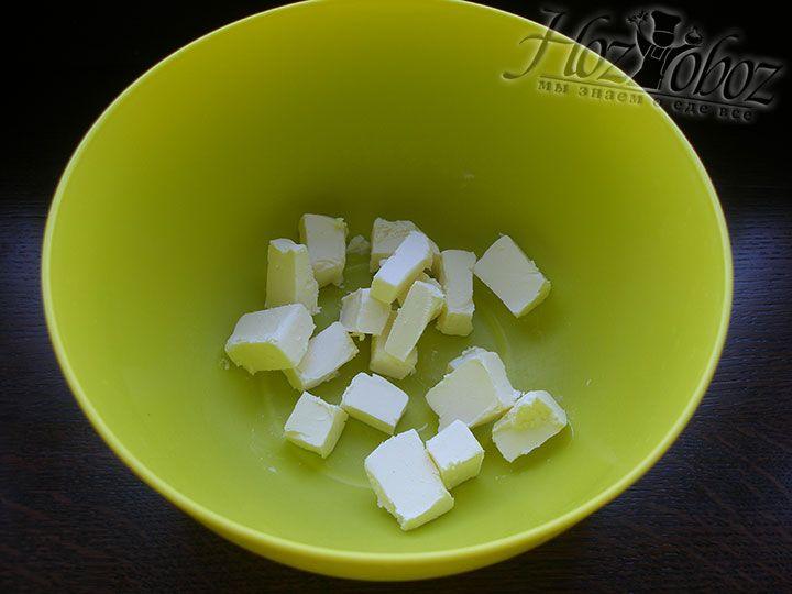 В отдельную миску помещаем мягкое сливочное масло
