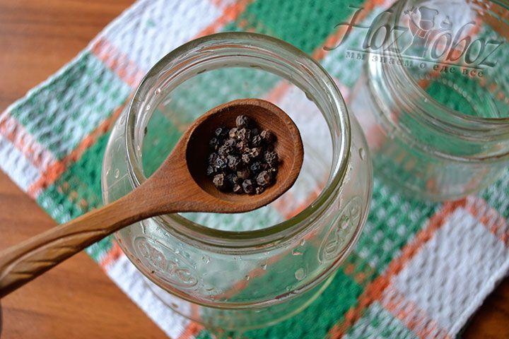 Высыпьте в банку 5 грамм черного перца горошком