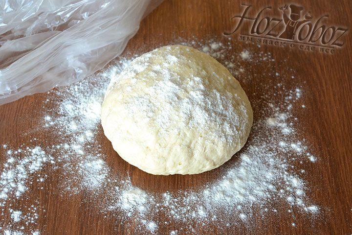Скатываем тесто в шар, упаковываем в пакет и отправляем в холодильник