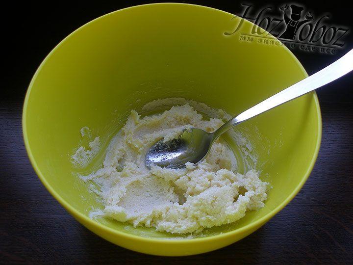 Растираем сахар с маслом до бела