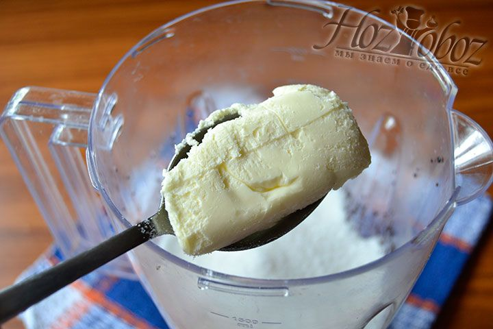Положите в чашу кусок сливочного масло и с помощью блендера измельчите ингредиенты