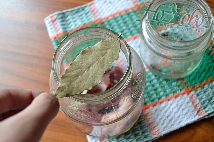 Накройте мясо 2-3 лавровыми листами