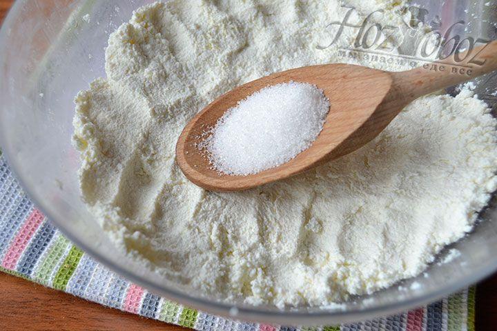 Высыпьте ванильный сахар в емкость с перетертым творогом