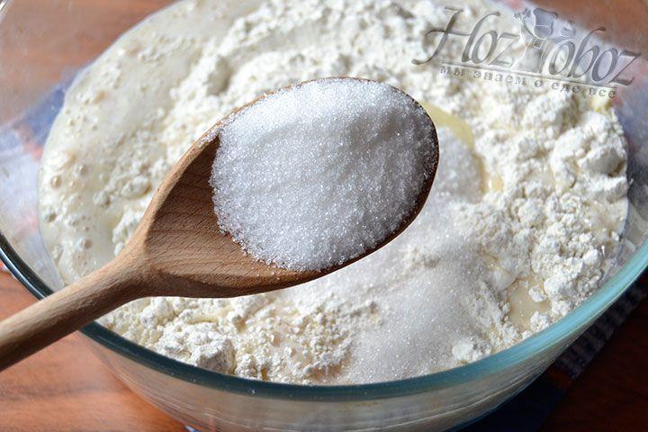 Высыпьте 30 г сахарного песка