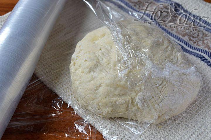 Обкрутите тесто пищевой пленкой и поместите его в холодное место до момента завершения подготовки сырной начинки