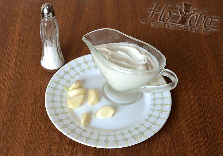 Из чеснока и сметаны приготовим острый соус