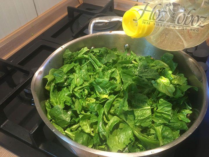 Добавляем в сковородку растительное масло
