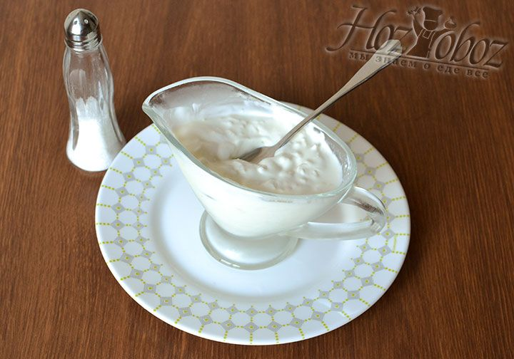 Измельченный чеснок хорошо размешиваем со сметаной. Добаваляем соль