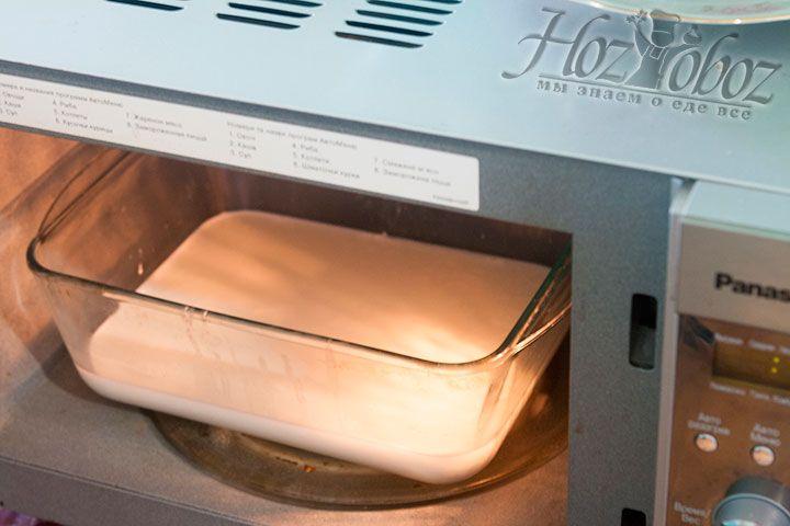 Используем микроволновку, чтобы нагреть массу для моцареллы