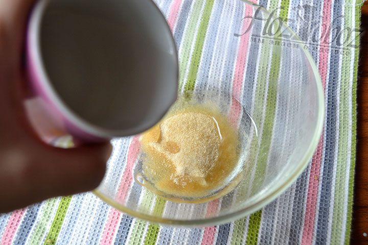 Разведите 20 грамм желатина горячей водой в соответствии с рекомендациями производителя