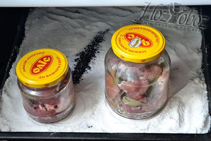 Поставьте в духовой шкаф противень с банками, содержащими свинину, и тушите мясо на протяжении 180 минут