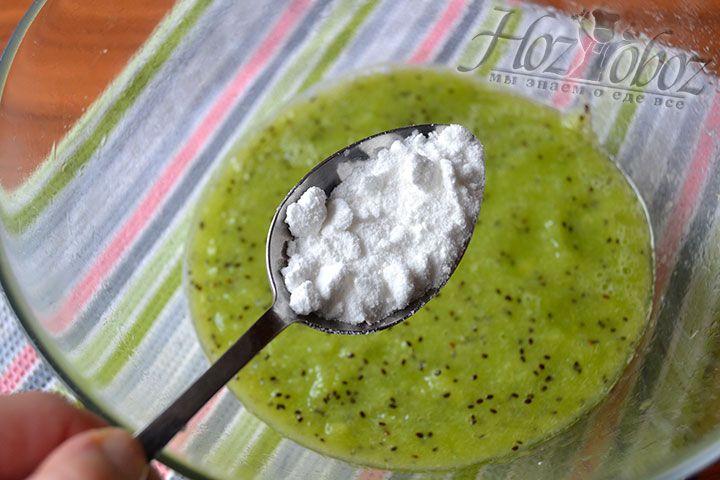 Высыпьте сахарную пудру в пюре из киви