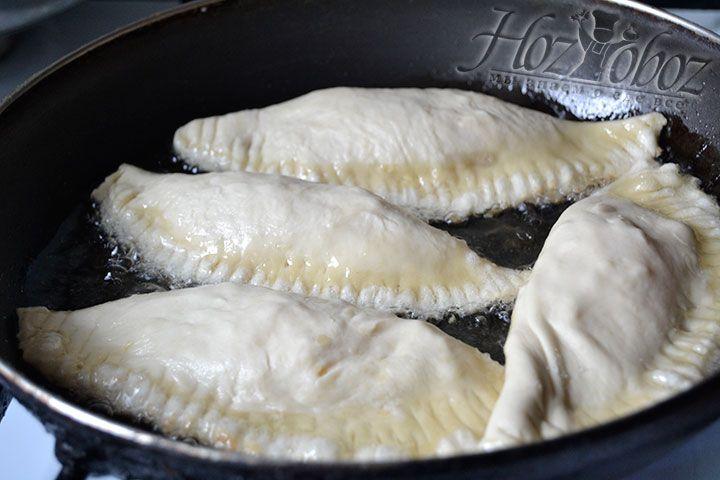 Поместите изделия из теста на сковороду, содержащую много растительного масла