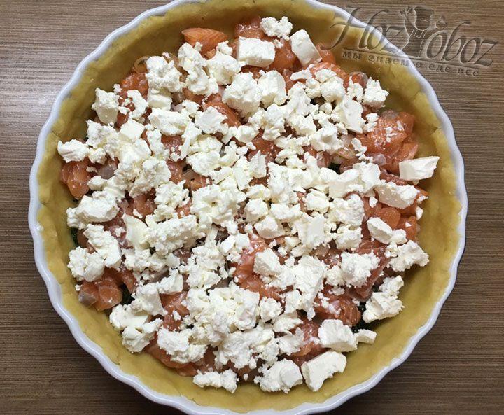 """Сыр «фета"""" делим небольшими кусочками и тоже отправляем в пирог"""