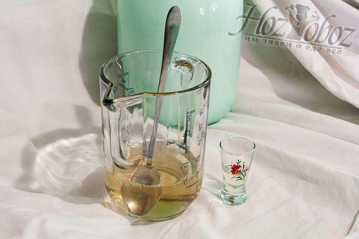 Размешаем порошковый фермент в тёплой воде, отмерим необходимое для рецепта количество