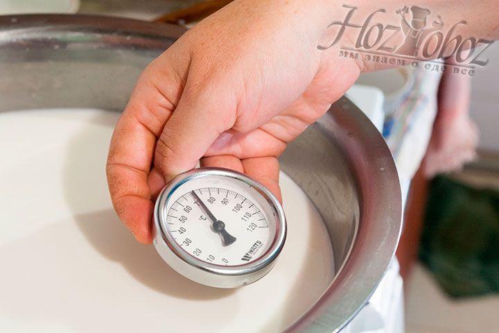 Пользуемся градусником, чтобы определить необходимую температуру нагрева молока в 70 градусов