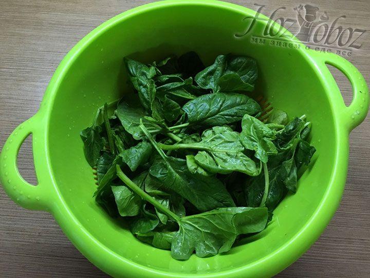 Готовим начинку и для начала помоем шпинат