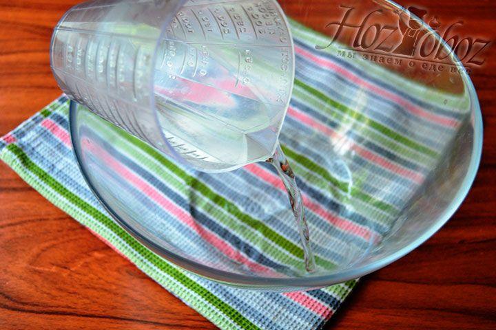 В объемную емкость вылейте охлажденную фильтрованную воду
