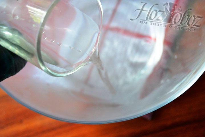 Поместите в многолитровую миску 250 грамм кипятка