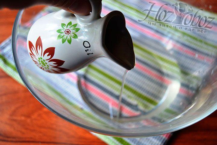Поместите растительное масло в емкость с остальными компонентами печенья
