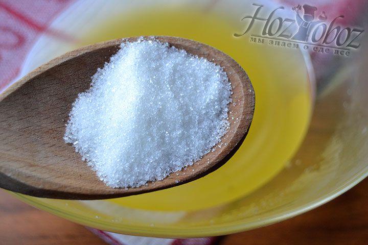 Разведите в горячей воде нужную норму сахара