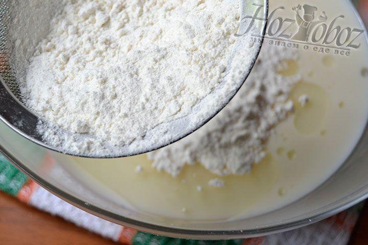 Постепенно всыпайте муку в миску и постоянно мешайте компоненты основы блюда