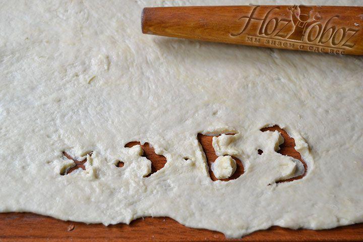 С помощью скалки сделайте тонкое тесто для вареников с творогом