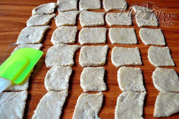С помощью кулинарного ножа сделайте одинаковую по форме основу крекеров