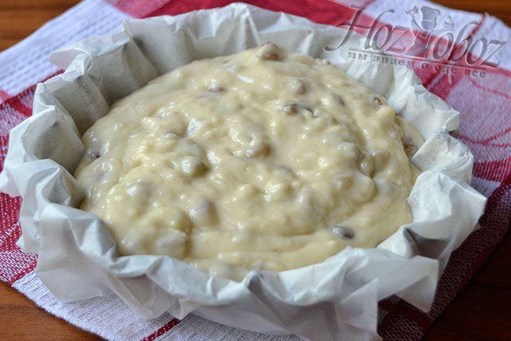 Поместите основу блюда в форму, покрытую пергаментом, и выпекайте кондитерское изделие в духовке на протяжении 40-50 минут