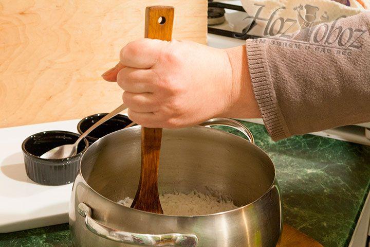 Быстро остужаем рис, делая режущие движения по нему, пользуясь деревянной лопаткой. Заготовка для суши готова к дальнейшей обработке (формовке)