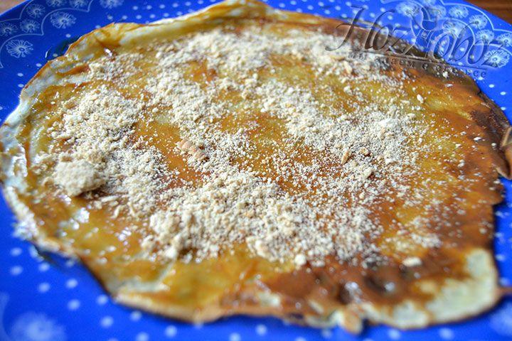 Сделайте слой из мелко измельченного печенья