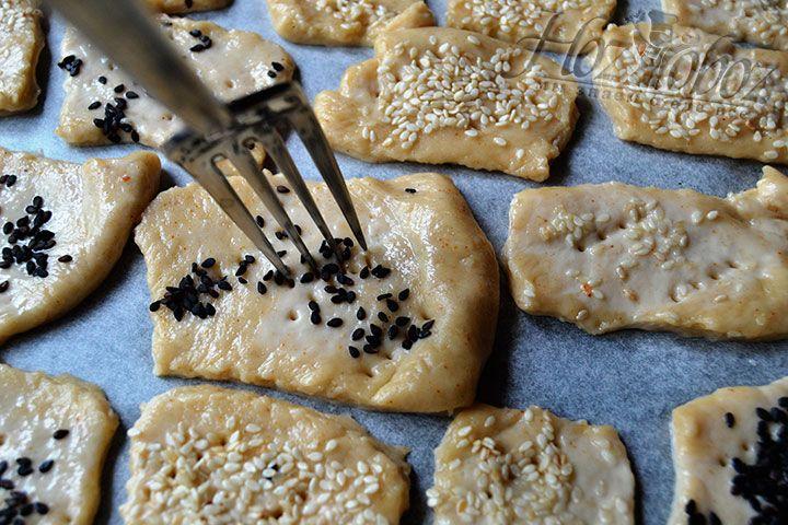 Проткните ножом или вилкой тестообразную основу печенья