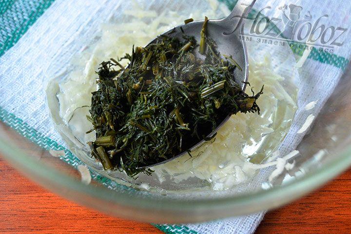Поместите размороженный укроп или свежую зелень в миску с чесночной намазкой