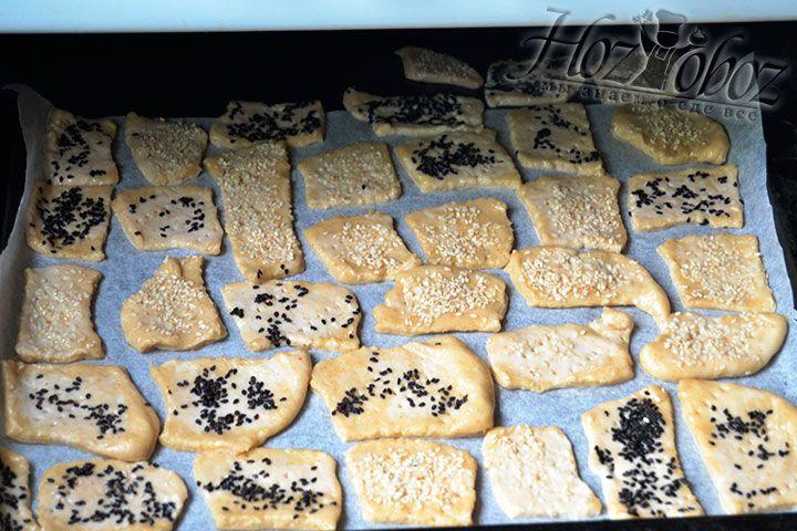 Поставьте противень в духовой шкаф и готовьте печенье на протяжении ¼ часа