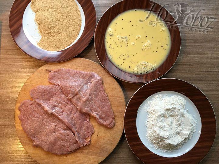 Насыпем в тарелки и расставим по очереди необходимые для панировки продукты, как на нашем фото
