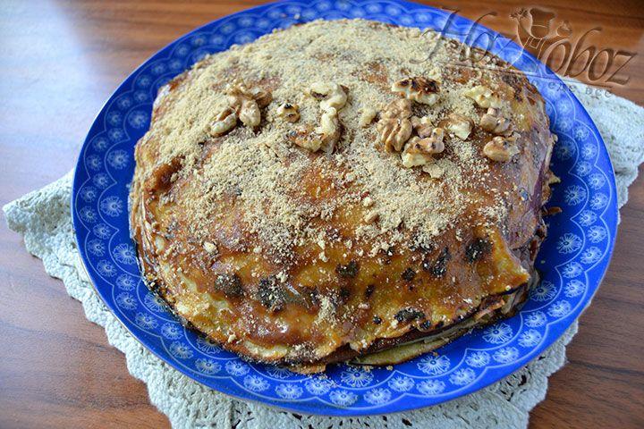 Положите на верхний корж торта орехи, вишни или украсьте сливочным кремом