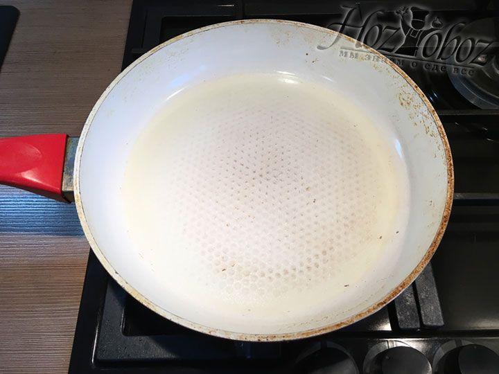 Сковородку ставим на огонь и добавляем в нее растительное масло