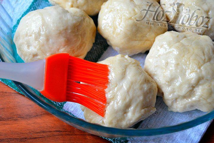 Смажьте растительным маслом верхнюю часть хлебобулочных изделий
