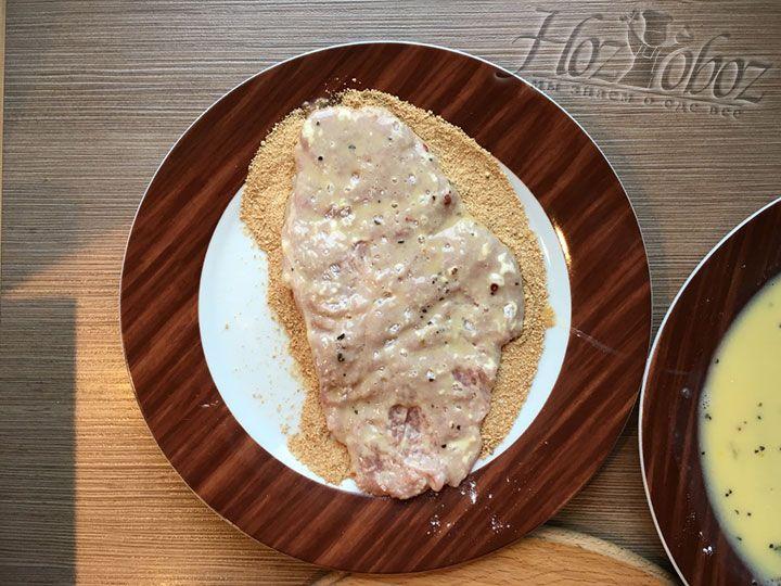 Последний этап - обвалять мясо в хлебных крошках с обеих сторон и очень качественно
